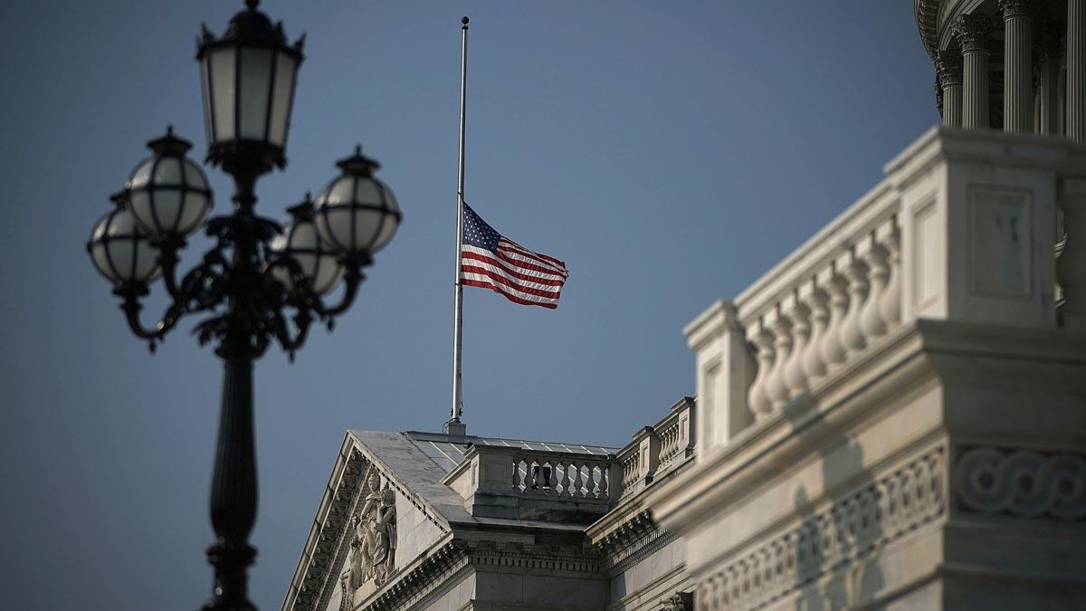 La Casa Blanca vuelve a ondear la bandera a media asta por la muerte de McCain tras las críticas a Trump.