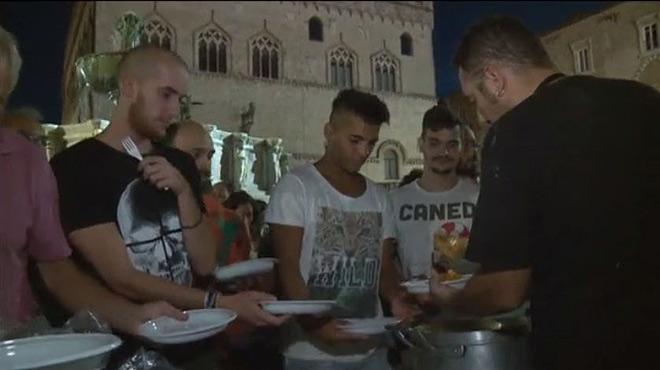 Perugia celebra una cena a base de pasta con salsaa la amatriciana para recaudar fondos para las víctimas del terremoto en Italia.