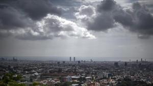 Cielo totalmente cubierto sobre Barcelona, justo poco antes de que empezara la gran tormenta, el pasado día 9.