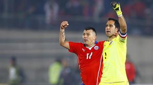 Claudio Bravo y Gary Medel celebran la victoria de Chile ante Uruguay en cuartos de la Copa América.
