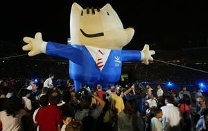 Cobi, entre multitudes, en el décimo aniversario de la inauguración de los Juegos Olímpicos de Barcelona92.