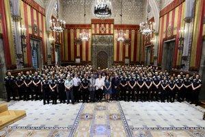 La alcaldesa de Barcelona, Ada Colau, da la bienvenida a los nuevos agentes de la Guardia Urbana en el Saló de Cent del ayuntamiento