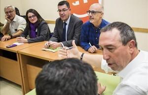 Reunión de Compromís con sus diputados y senadores electos, la noche de este jueves en Valencia.