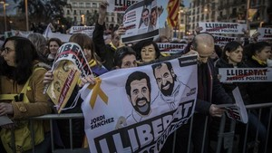 Concentración en apoyo de Jordi Sànchez y Jordi Cuixart, en la plaza de la Universitat de Barcelona, el pasado marzo.