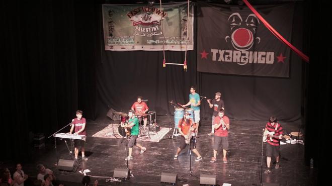 Actuació del grup Txarango a la part palestina de Jerusalem.