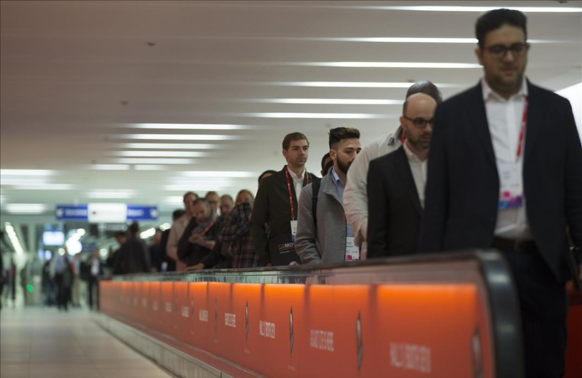 Congresistas en el metro, camino deLa Fira de Barcelona.