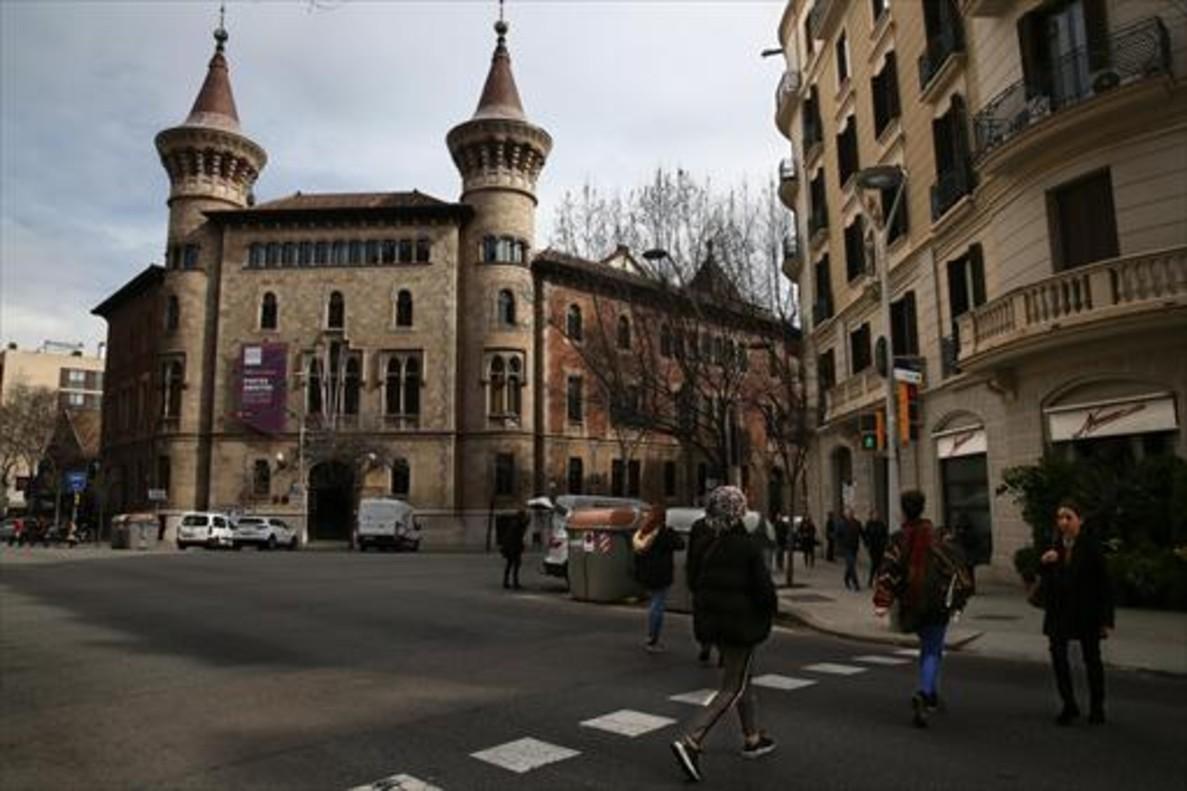 El Conservatori Municipal de Música, en la esquina de las calles de Bruc y València.