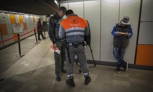 Control sorpresa de billetes en el Metro de Barcelona.
