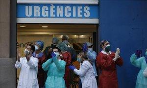 Enfermeras durante los aplausos a sanitarios en el Hospital Dos de Maig de Barcelona, ayer.