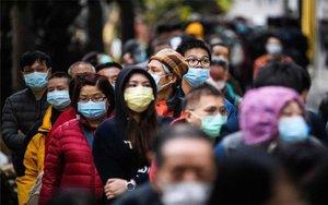 Personas en China con máscaras por el coronaviruas de Wuhan.