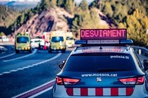 28/01/2020 Un coche de Mossos d'Esquadra y ambulancias del Sistema d'EmergÃ?ncies MÃ?diques (SEM) durante un accidente de tráfico en una imagen de archivo.
