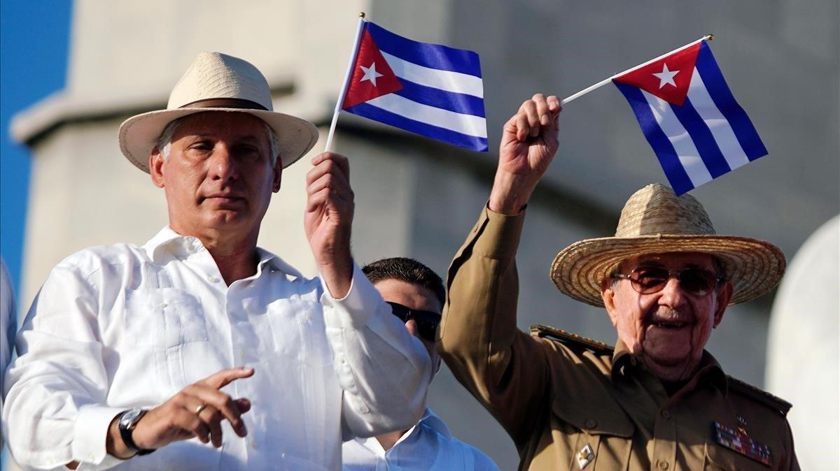 El actual presidente de Cuba, Miguel Diaz-Canel (izq), junto al primer secretario del Partido Comunista, Raúl Castro, en la celebración del Primero de Mayo en La Habana.