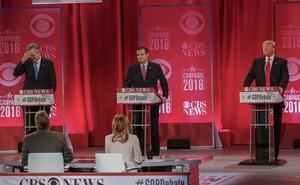 Jeb Bush reacciona a las palabras deDonald Trump durante el Debate Presidencial Republicano en Greenville, California del Sur.