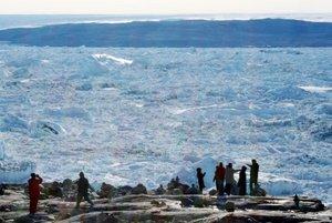 Un grupo de turistas contempla el hielo del fiordo de Ilulissaten la costa oeste de Groenlandia El deshielo se multiplica por cuatro en 10 años AFP