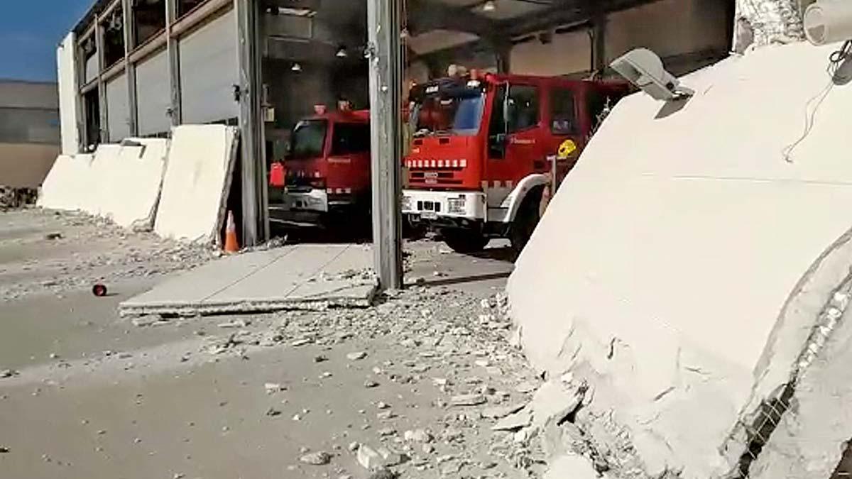 Desprendimiento de la fachada del parque de bomberos de la Generalitat en Cambrils.