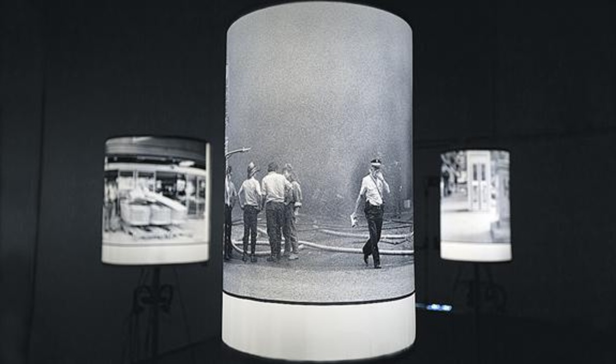 Un detalle de la oscura escenografía de la exposición La ferida dHipercor.