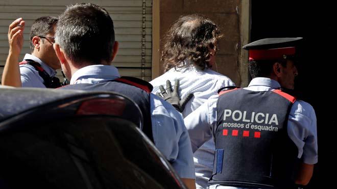 Los Mossos dEsquadra han detenido a un hombre por su supuesta relación con la desaparición de su expareja en Terrassa (Barcelona), donde los agentes registran por orden judicial la vivienda que ambos compartían para tratar de localizar el cadáver de la mujer, Mònica Borràs.