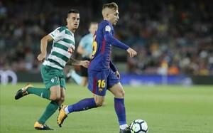 Deulofeu controla el balón en un acción del partido de Liga con el Eibar