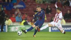 Deulofeu, en una jugada de ataque del Barcelona ante Androutsos, el defensa del Olympiacos.