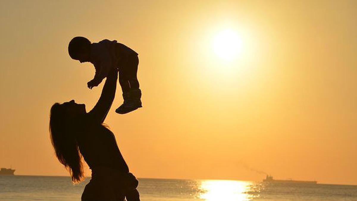 Madre e hijo en un atardecer