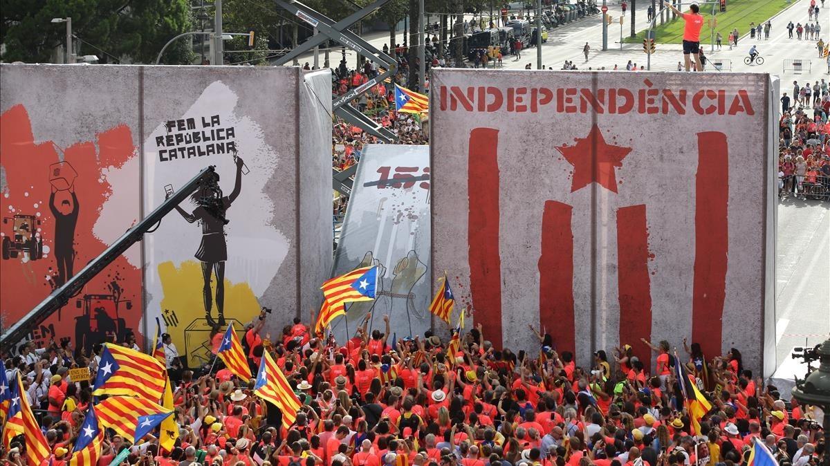 Momento en el que la ola de voz llega al escenario principal de la manifestación.