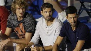 Dimitrov, entre Zverev y Djokovic en la grada del Adria Tour durante la final de Belgrado, el pasado domingo 14.