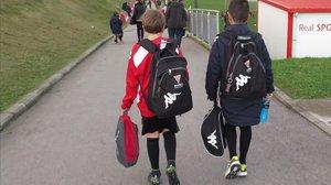 Dos niños llegando a su entrenamiento en una imagen de archivo.
