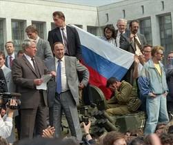 LA IMAGEN DEL GOLPE DE ESTADO FRUSTRADO. Esta foto, del 20 de agosto de 1991, en la que se ve a Boris Yeltsin con unos folios en la mano subido en un tanque fue difundida por televisiones de todo el mundo. La instantánea reforzó al presidente de la federación rusa, que se opuso con vehemencia al levantamiento.