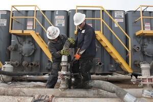 Dos trabajadores, en una zona de extracción de gas, en Dakota del Norte.