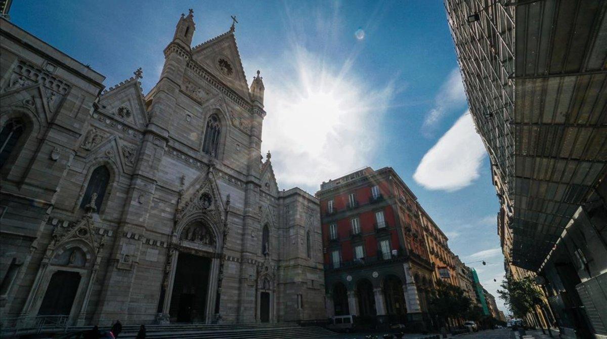 El Duomo de Nápoles completamente vacío hoy, Domingo de Ramos.