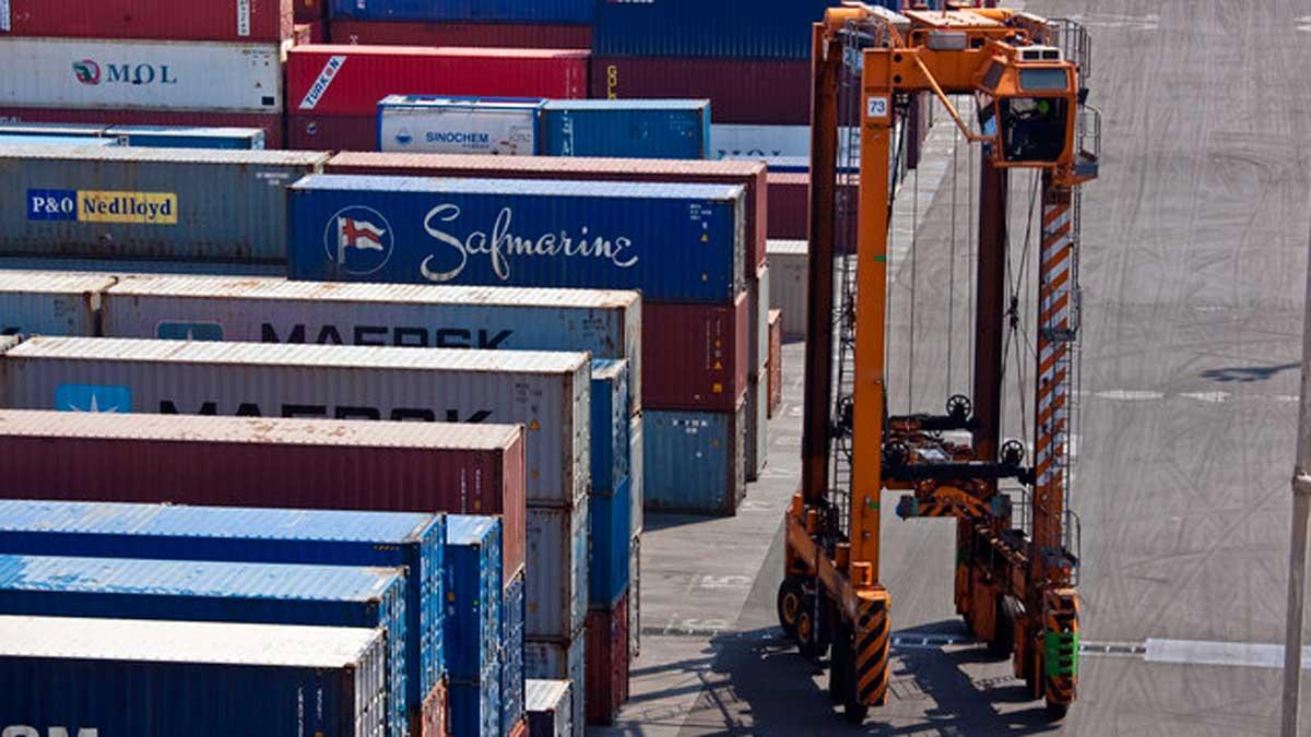 La economía mundial crecerá en 2019 y 2020 al ritmo más bajo desde la crisis. según la OCDE. En la foto, contenedores en el puerto de Barcelona.