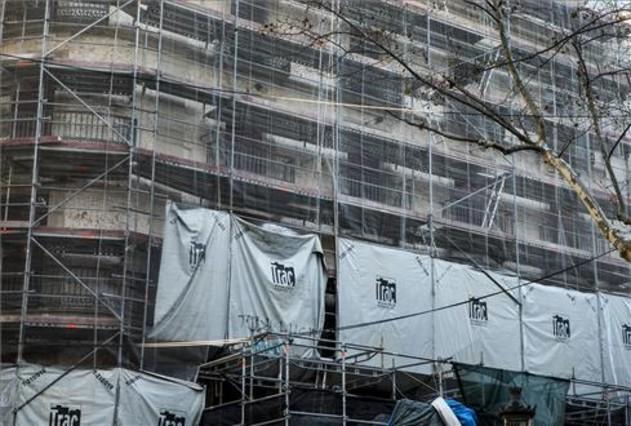 Imagen de archivo de un edificio en rehabilitación en Barcelona..