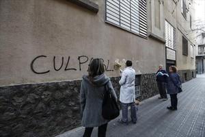 Un empleado de los Maristas Sants-Les Corts borrauna pintada en la fachada del centro.