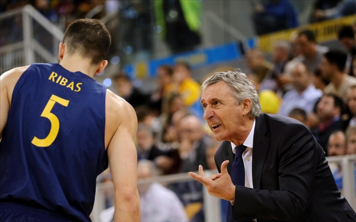 El entrenador del Barcelona, Pesic, dando órdenes a Pau Ribas