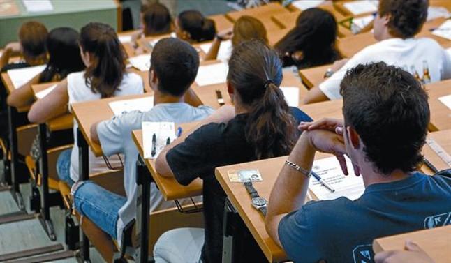 Estudiants a punt de començar l'examen de selectivitat, dilluns passat, en una aula de la Facultat d'Odontologia de la Universitat Complutense de Madrid.