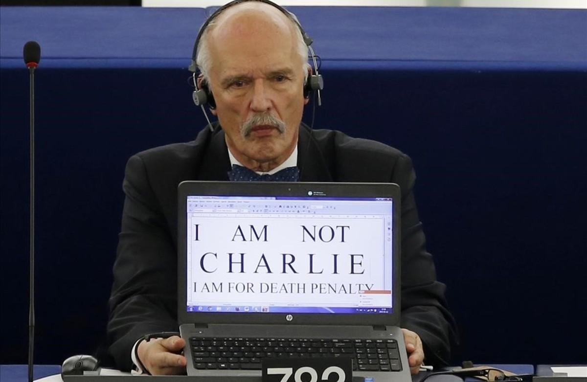 El eurodiputado polaco Janusz Korwin-Mikke, con un cartel a favor de la pena de muerte.