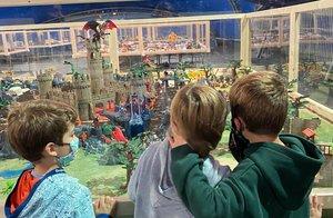Los niños pueden disfrutar una experiencia divertida, pero también segura.