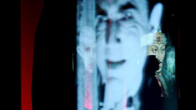Exposición 'Vampiros. La evolución del mito' en CaixaForum Madrid. En la foto,Bela Lugosi, actor vampirizado por su personaje, y, al fondo, Vlad Tepes, inspirador del mito.