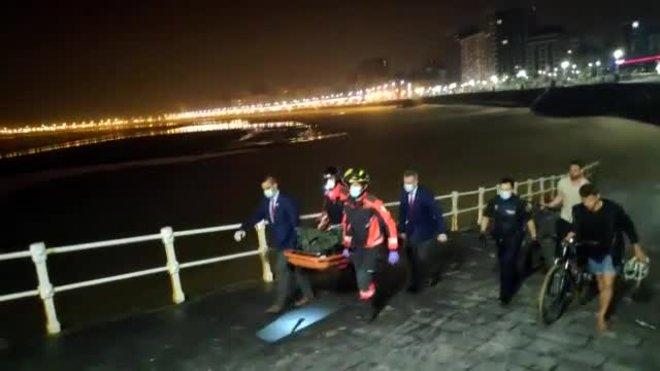 Fallece un joven en la playa de Gijón al ir a ayudar a su novia, rescatada con vida.