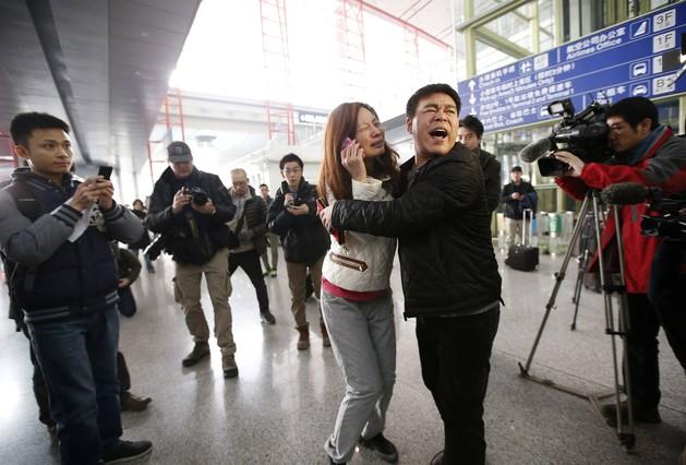 Un familiar de un pasajero del vuelo Malaysia Airlines MH370 l en el Aeropuerto Internacional de Beijing Capital, en Beijing.