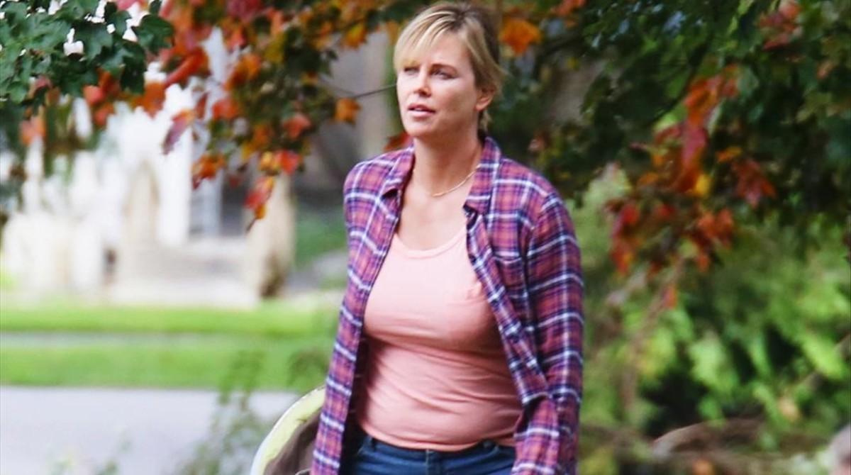 Charlize Theron, en un fotograma de la película 'Tully'.