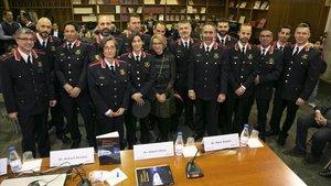 21 mossos uneixen el seu talent literari i pictòric en un llibre de casos policials