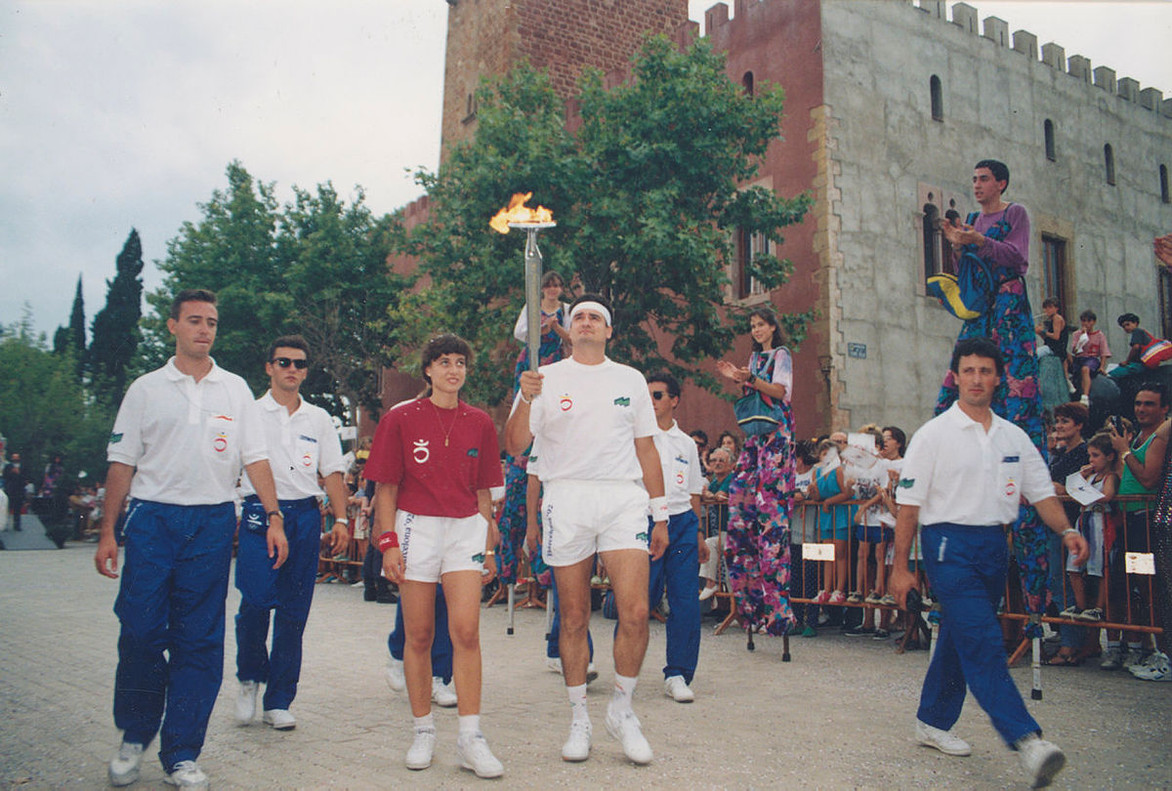 Félix Cano, jugador del Club Beisbol Viladecans y de la selección española de beisbol, lleva la antorcha paralímpica al inicio de su relevo ante la Torre-roja de la ciudad.