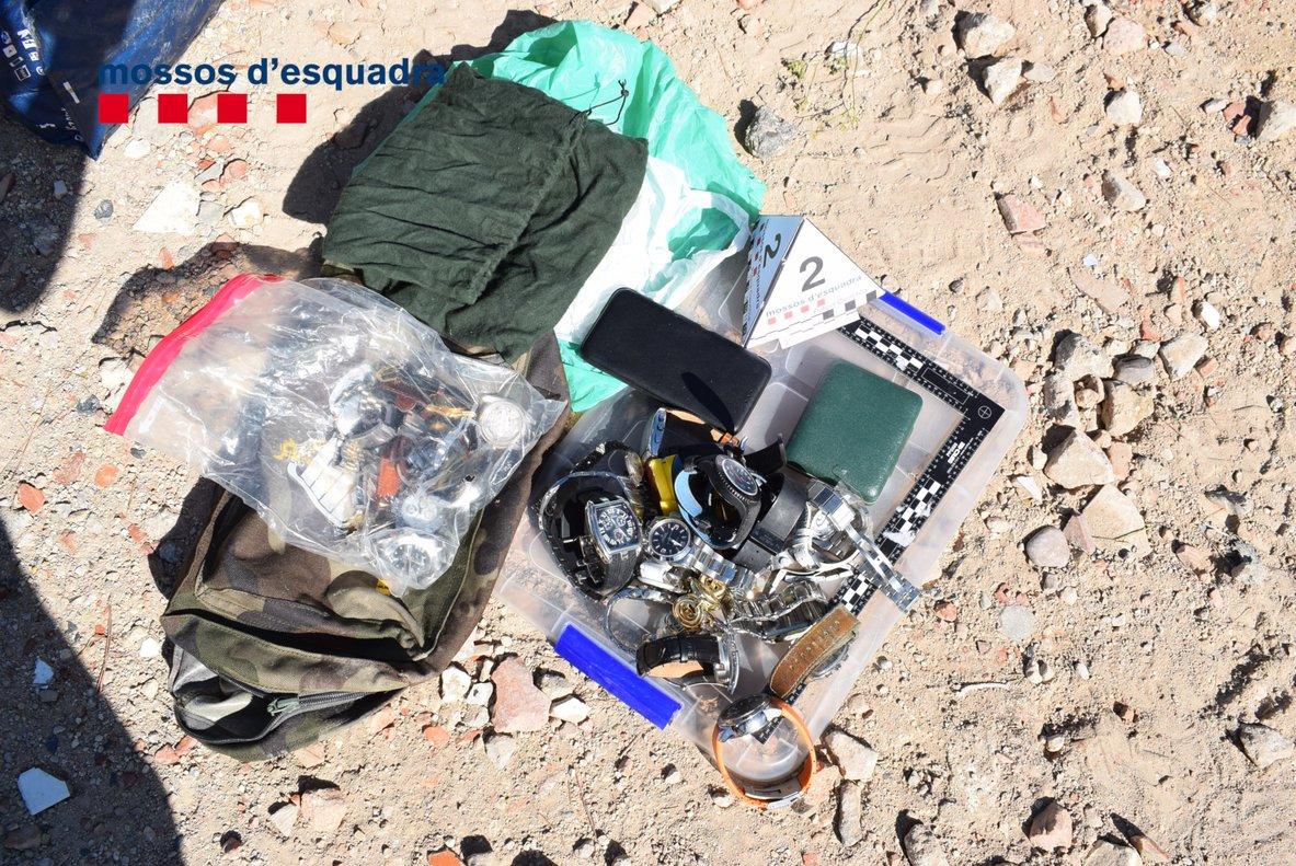 Objetos recuperados por los Mossos en la desarticulación de un grupo criminal especializado en los robos con fuerza en domicilios del Maresme.