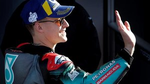 El francés Fabio Quartararo (Yamaha) saluda, feliz, tras lograr, hoy, la 'pole' en el GP de Valencia.