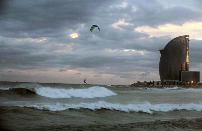 Fuerte oleaje en la playa de la Barceloneta, en una imagen de archivo.