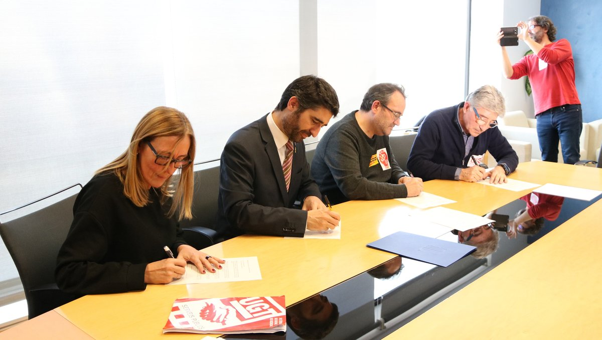 El 'conseller' Jordi Puigneró firma junto a los representantes sindicales el acuerdo para la devolución de las pagas extras retiradas en el 2013 y el 2014.