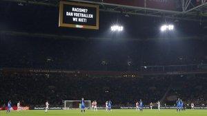 Minuto de silencio previo al partido Ajax Amsterdam - Heracles Almelo, en Amsterdam.