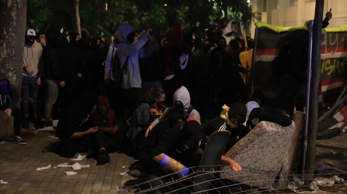 Grupos violentos se preparan ante la Conselleria de Interior.