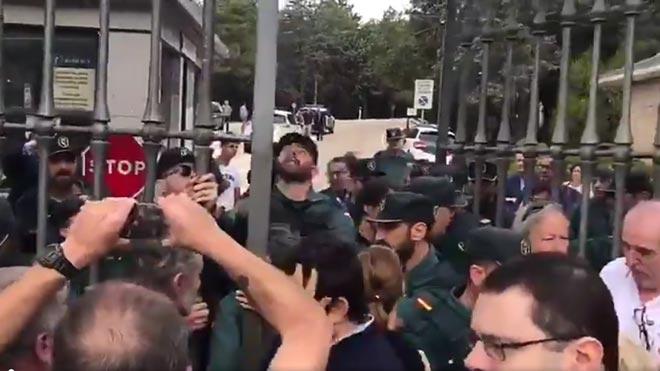 La Guardia Civil cierra las puertas a un grupo de católicos.